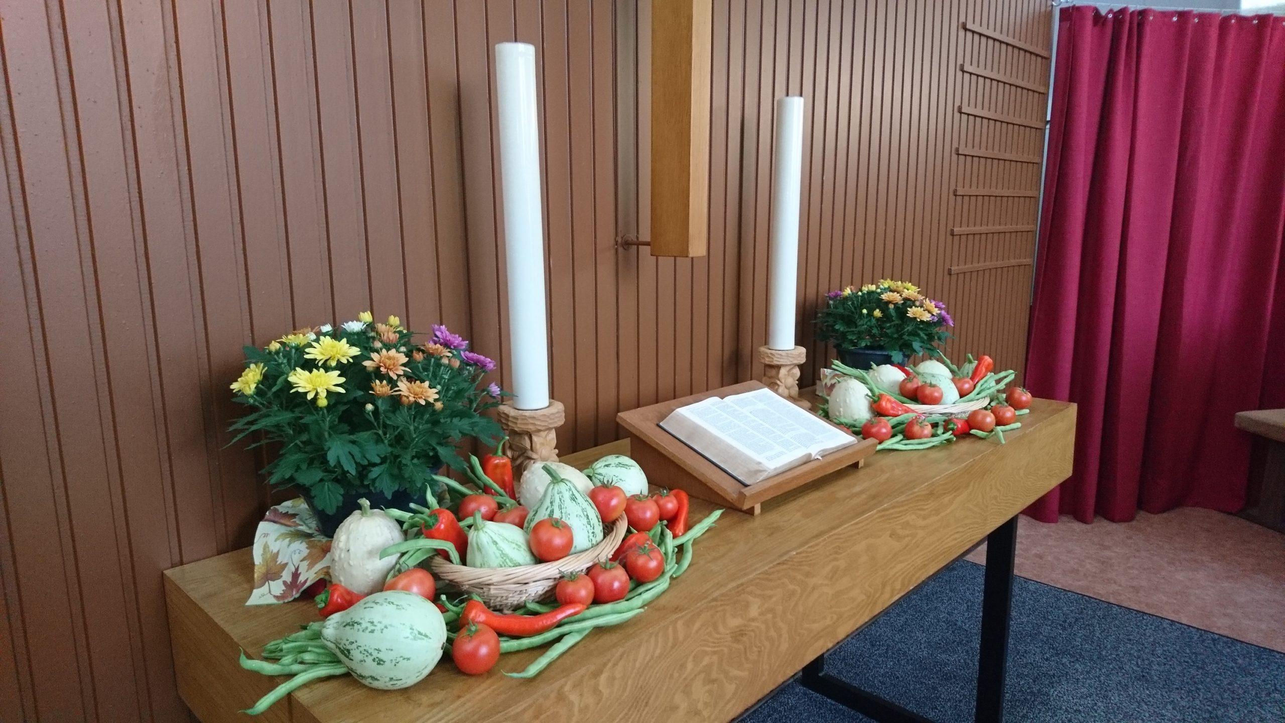 Erntedankgottesdienst Altar mit Gemüse und Blumen geschmückt