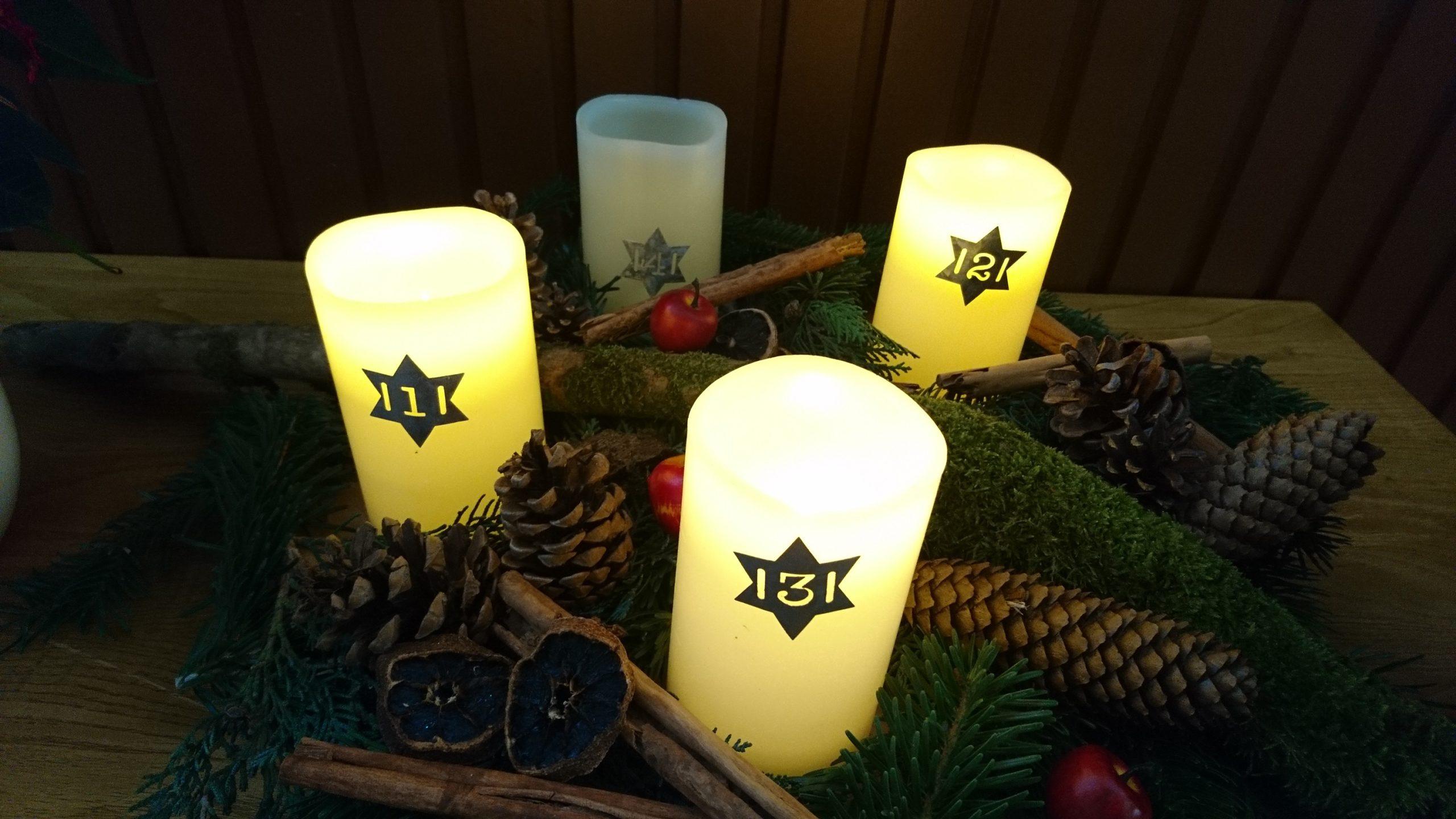 Adventskranz mit drei leuchtenden Kerzen